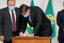 Bolsonaro assina MP para viabilizar vacina contra Covid-19